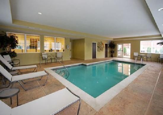 MainStay Suites Fort Campbell: Indoor pool and outdoor hottub