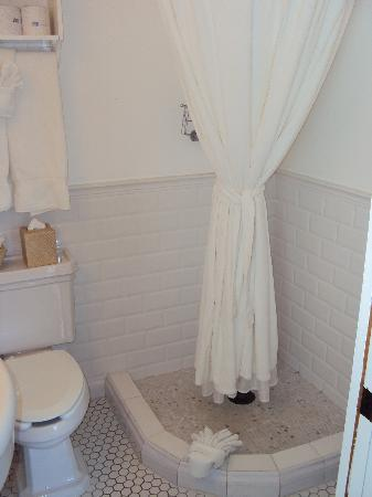 Cannon Beach Hotel: The bathroom - small, but had everything we needed