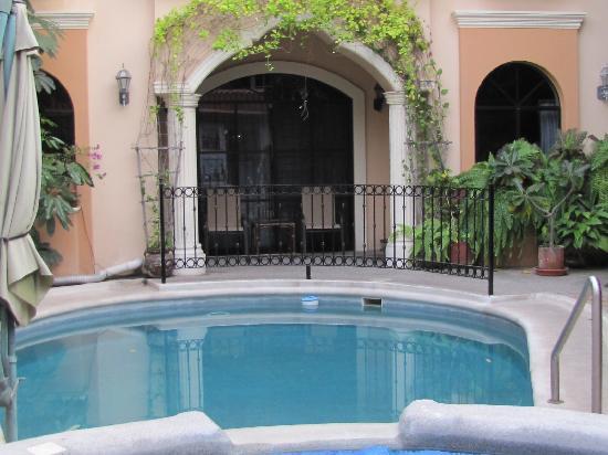 Loro de Oro Inn: Beautiful pool and courtyard