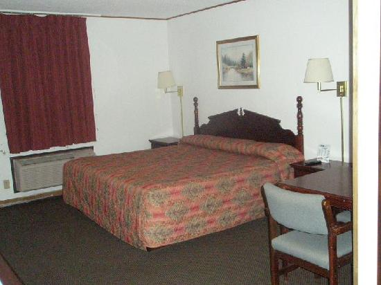 Budget Host Inn Emporia : Bed