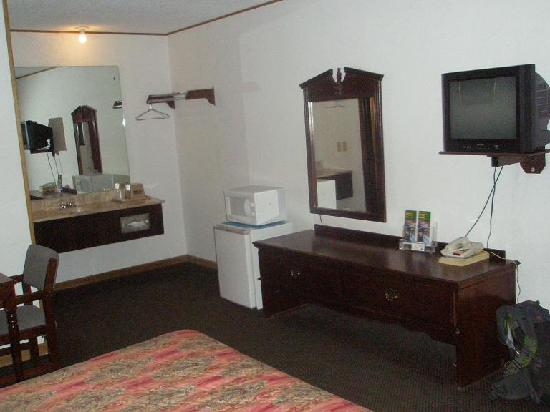 Budget Host Inn Emporia : Sink area