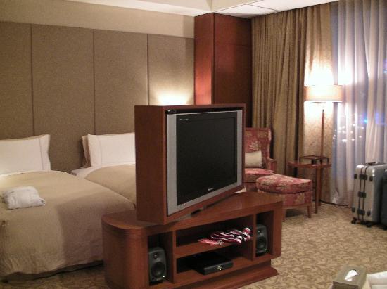 San Want Residences: 室内 部屋の真ん中に向きを変えられるテレビがあります