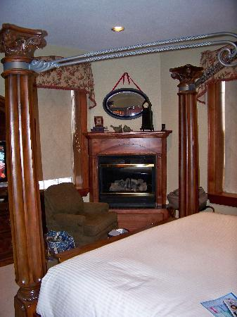 The Port Hotel Inn: Corner Fireplace