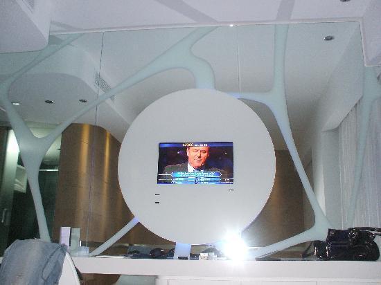 A Point Arezzo Park Hotel: la parete con la tv