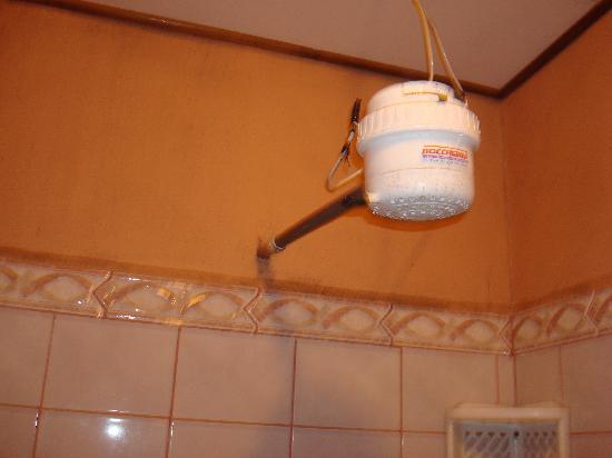 Los Apartamentos del Backpacker: Shower with exposed electrical wires!!