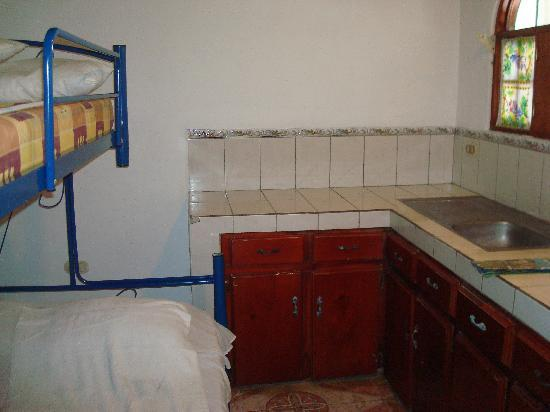 Los Apartamentos del Backpacker: Clean bed but abandoned/rusted kitchenette