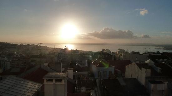 ذا هاوس ليسبوا: Sunrise on upstairs terrace