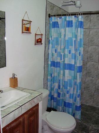 Cabinas Iguana: Bathroom