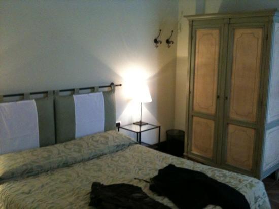 Hotel Villa Alberti: letto e armadio stanza no. 6