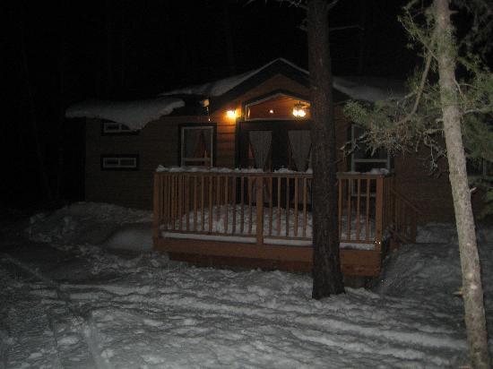 Camp Okanagan Resort : are cozy cabin!