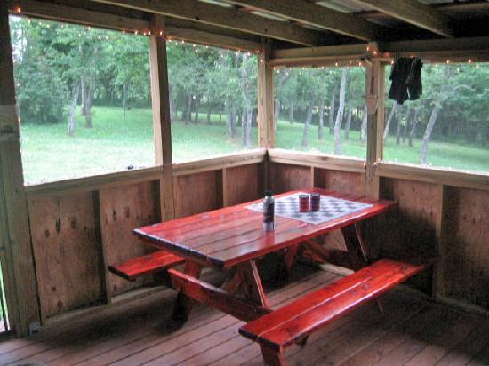 Rim Rock's Dogwood Cabins: Picnic table and checkers