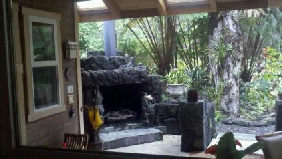 Volcano Mist Cottage: outdoor fireplace