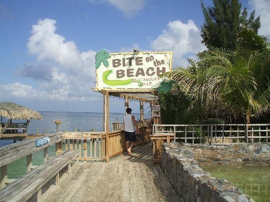 Paradise Beach Hotel: restaurant bar au bout de la plage du côté du henry morgan