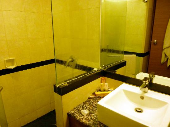 Abadi Hotel: Bathrooms