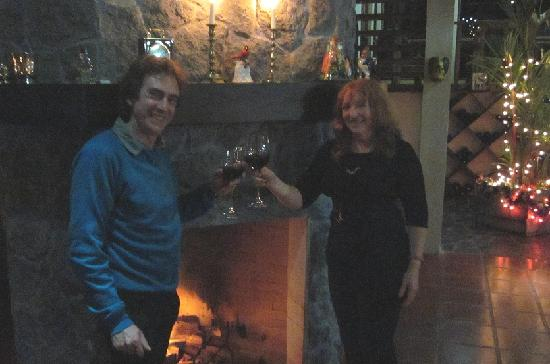 Rio Magnolia Nature Lodge: Enjoying a glass of red wine by the fireplace at Rio Magnolia