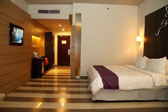 Atria Hotel Gading Serpong : Cold bare flooring