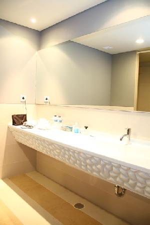 Atria Hotel Gading Serpong: Huge bathroom with attached bathtub and rainforest shower head
