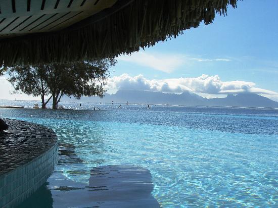 Manava Suite Resort Tahiti: Poolbar mit Blick auf Moorea