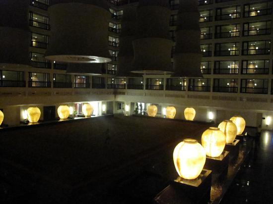 Cinnamon Grand Colombo : The atrium that surrounds the rooms of the hotel