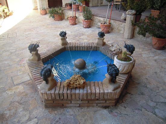 Hotel Don Inigo de Aragon: fuente en el patio del hotel