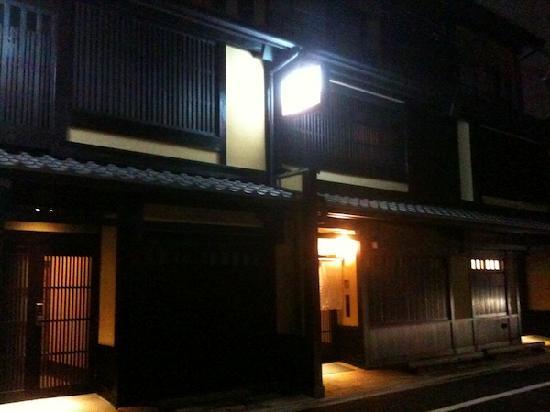 Kyomachiya Ryokan Sakura Honganji: 夜の玄関