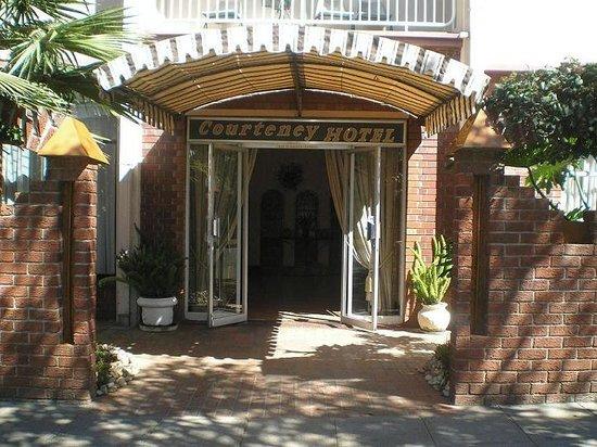 Courteney Hotel: Entrance