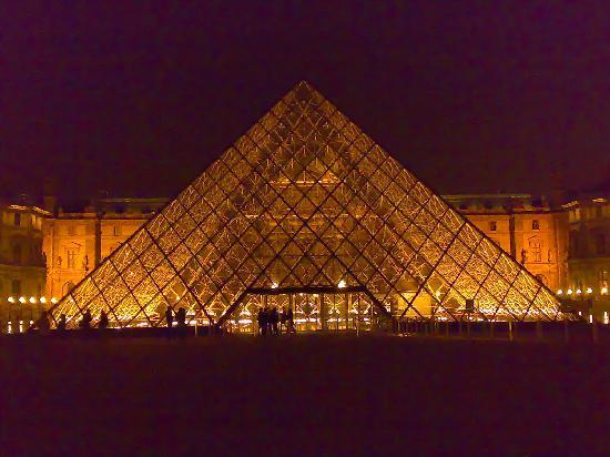 Paris, France: La piramide del museo del Louvre