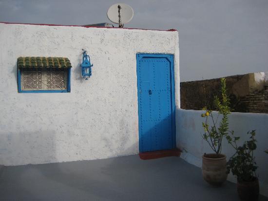 Riad Amazigh Meknes: <notre chambre sur la terrasse avec vue sur la Médina