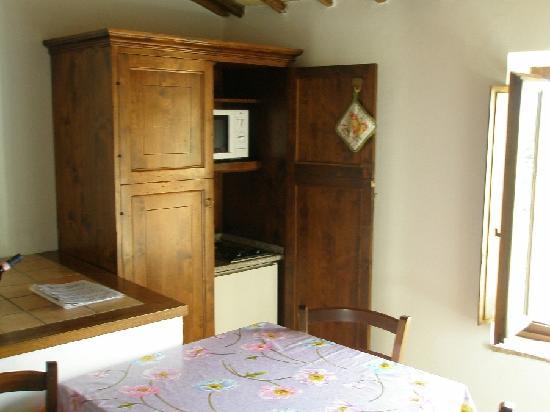 wohnraum mit k che im schrank bild von piombaia montalcino tripadvisor. Black Bedroom Furniture Sets. Home Design Ideas
