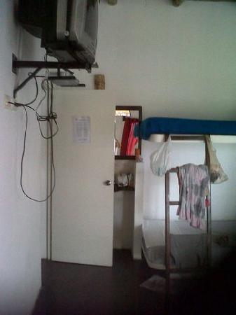 Punta Pacífico Bungalows: La TV y el lavatorio