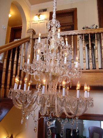 Hines Mansion Bed and Breakfast: The amazing French Chandelier!
