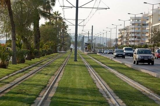 Paleo Faliro, Grækenland: Tram line by the beach