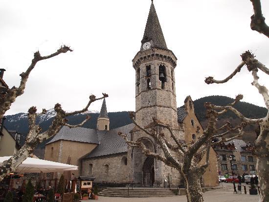 Vielha, Spanien: Iglesia en la Plaza del Ayuntamiento