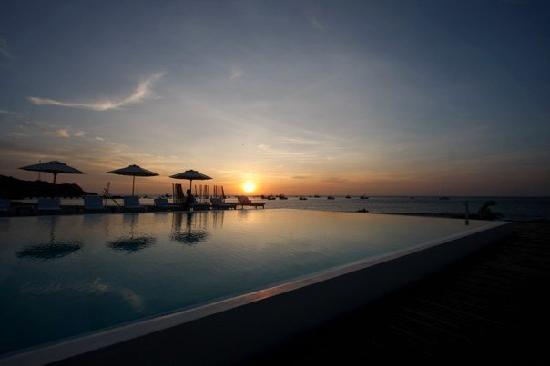 Mancora Marina Hotel: Vista del atardecer desde la piscina