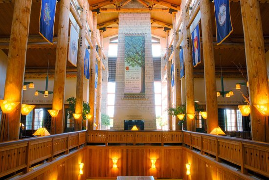 Lied Lodge & Conference Center: Soaring timbers and stone fireplaces greet you in the Lied Lodge lobby.