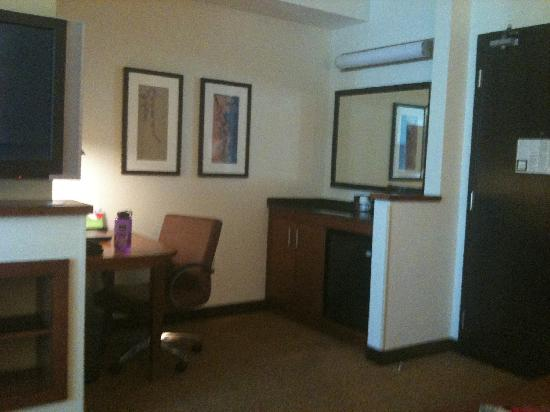 Hyatt Place West Palm Beach Downtown: fridge & desk across from living room area