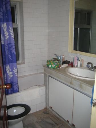 Yeedzin Guest House: Bathroom in my hotel room