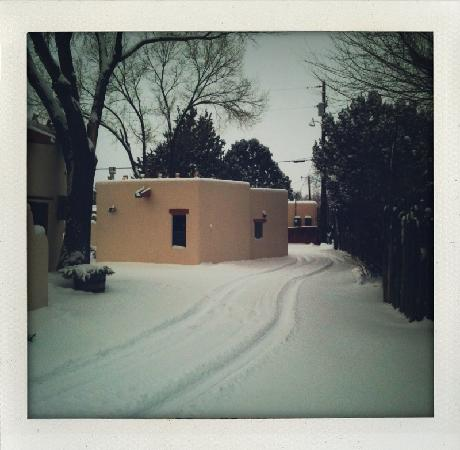 La Posada de Taos B&B: After a night of snowfall