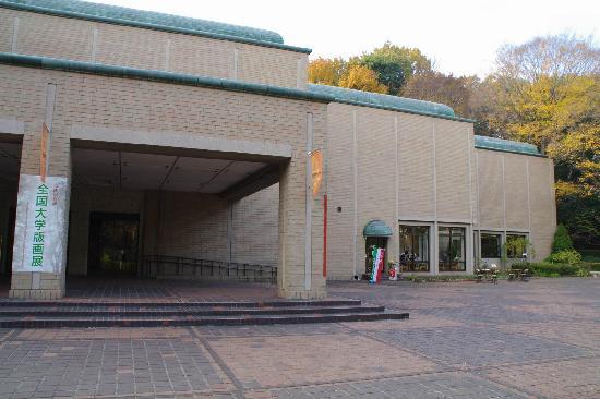 Machida City Museum of Graphic Arts: 美術館の建物の入口です。右側に喫茶室「けやき」があります。