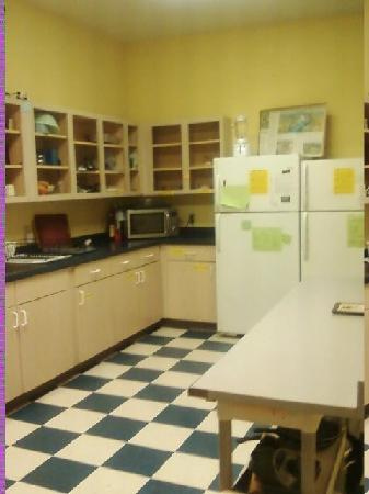 Hostel Buffalo-Niagara: Big kitchen