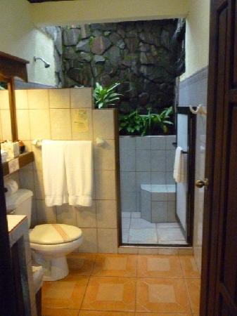 Arenal Springs Resort and Spa: Beautiful natural stone shower with skylight