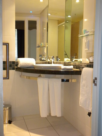 Holiday Inn Express Cape Town City Centre: Clean and well equipped batha nd toilet
