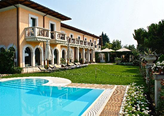 San Felice del Benaco, Itália: Seeseite mit Garten und Pool