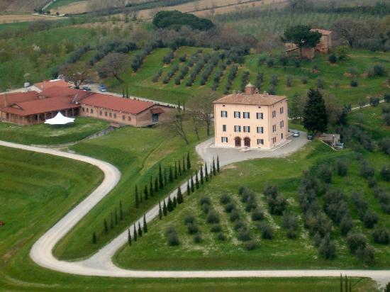 Relais Villa Grazianella - Fattoria del Cerro: La villa vista dall'alto