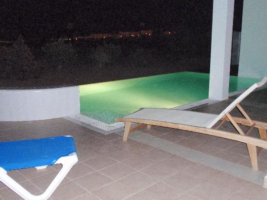 Playitas Villas: Poolen upplyst på kvällen så det är bara att bada.