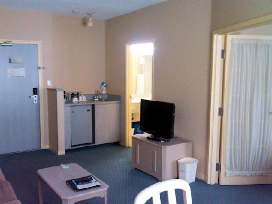 Quality Suites Quebec City: Large living room with wet bar and refrigerator