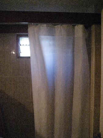 Residence Aida Apartamentos: Rideau de douche très sale