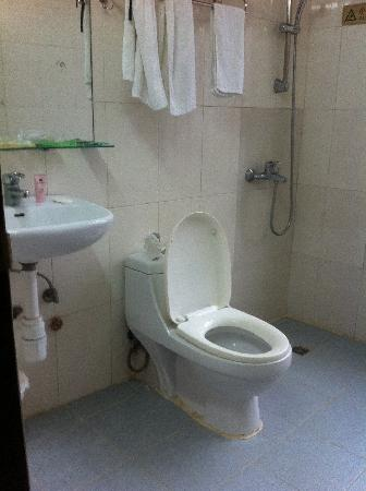 Ko Wah Hotel: no frills toilet with unlimited hot shower which is heaven in winter