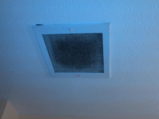 Extended Stay America - Chicago - Schaumburg - Convention Center: Dirty vent in bathroom
