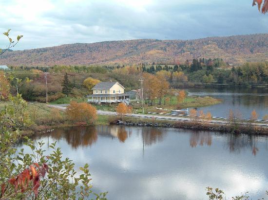 Hebertville, Canada: Dans une petite vallée entourée d'eau
